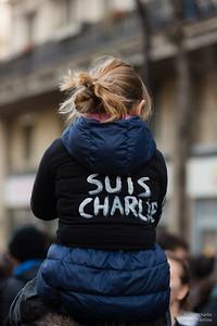 Une enfant, comme tant d'autres porte #JeSuisCharlie.