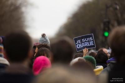 #JeSuisCharlie est partout dans la foule.