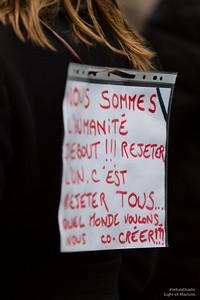 Un jeune femme porte son message personnel.