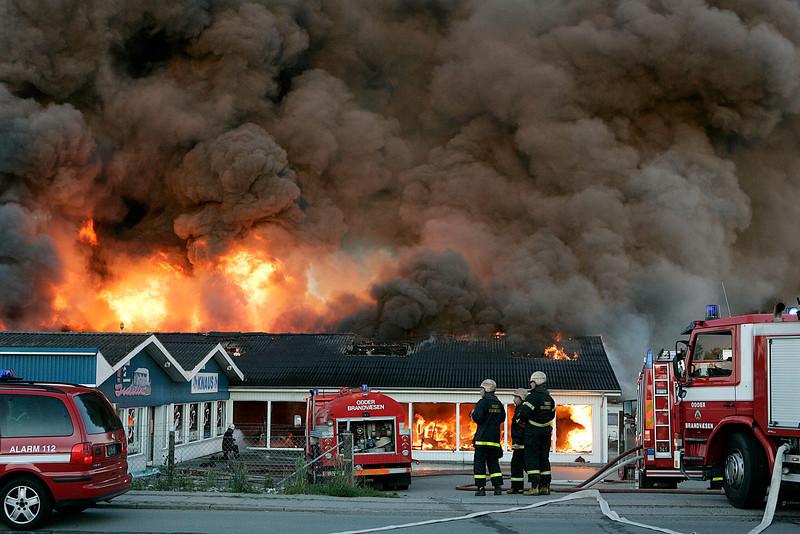 Odder Caravan Center blev hærget af en voldsom brand. Slukningsarbejdet blev vanskeliggjort af eksploderende gasflasker. Der deltog mandskab fra Odder, Aarhus og Horsens brandvæsner samt fra beredskabet, Odder