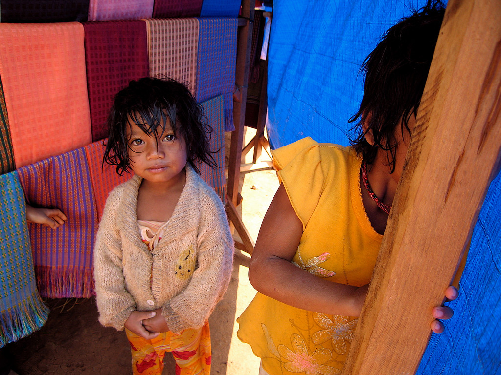 To piger på marked i Dalat, Vietnam