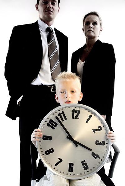 Modelfoto, lille dreng med stort ur, i baggrunden forældre, illustration, karriere, Århus<br /> <br /> Dato: 10.05.04
