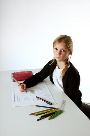 Barn sætter farver for følelser på en tegning Modelfoto - børn af forælder med kræft Århus, 23.9.2011