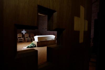 Begravelse,  kiste og bårekrans, kors