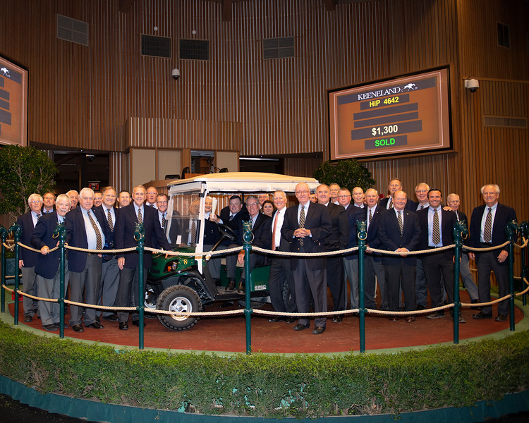 Bill Thomason presents golf cart for auctioneer Pete McCormick<br /> at the Keeneland September sale