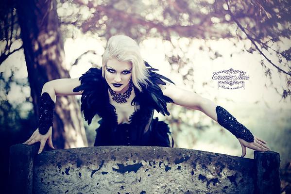 Model: Nina MorgainelaChatte Photo: Crescentia Moon Photography Corset und Feathercollar: Morgaine La Chatte / Nina Swan Gloves: The Imaginarium Apparel / Rachael Forbes