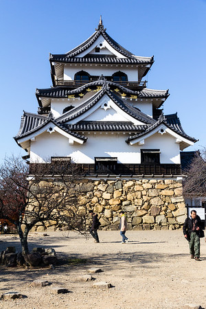 The keep, tenshu, with kato-mado arched windows usually seen in temple architecture. Also another feature, on the lower floor, this time only seen here, are the lower Hiyoku-kiritsuma-hafe gable, or irimoya-hafe gable with gabled ends.