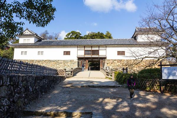 Tenbin Yagura, a yaguramon, gate with turret, and the Rokabashi Bridge.