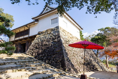Taiko-mon yagura, tower, guarding the next gate. Again right angles, four in use here, and wide stone steps on a slope hindered the advance of any attacking force.