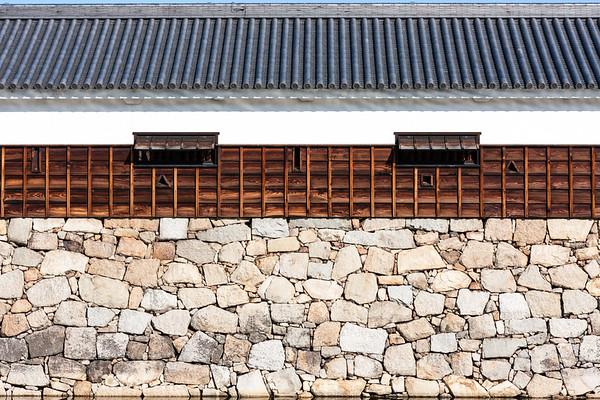 The shooting holes along the extended Hira Yagura turret leading to the Taikoyagura turret. This is called the Tamonyagura, meaning long turret.