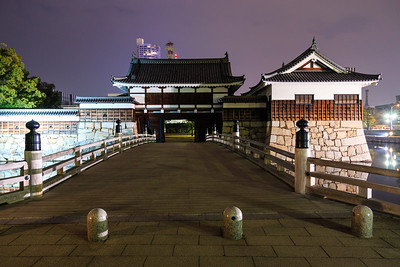 The inner moat with the Omotegomon gate and Hira Yagura turret in the evening.