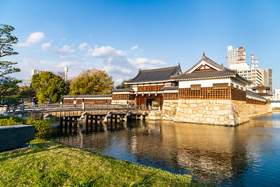 The inner moat with the Omotegomon gate and Hira Yagura turret.