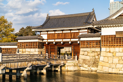 The inner moat with the Omotegomon gate, a good example of a yaguramon gate, meaning gate with turret over the top.