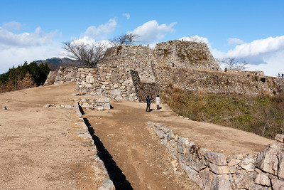 Seimon gate leading to the tenshu