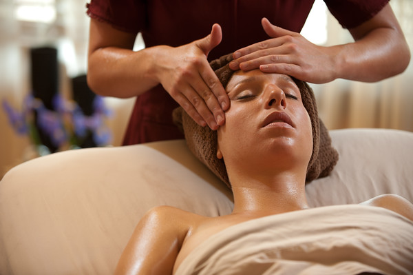 Relaxing facial massage for L'Athene