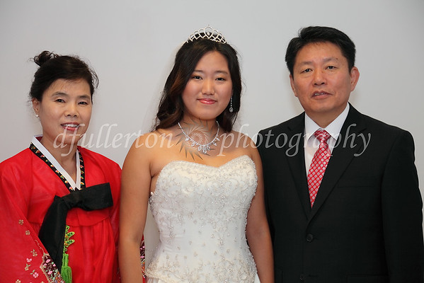 In this family photo, it was quite nice to see Ahra's mother don her Hanbok - a traditional South Korean dress for important events.