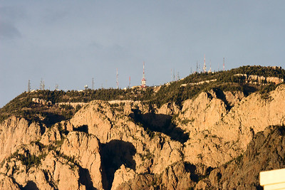 ISO 400, 1/400sec, f/7.1, 400mm light USM Sandia Crest antenna farm 6.4 miles range Evening sunlight Click on Original size to see detail in towers