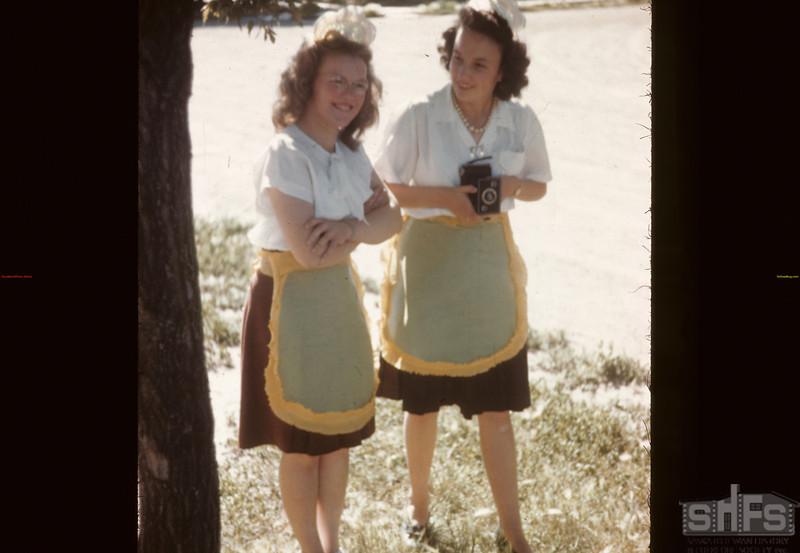 Waitresses in uniform. Davidson. 08/11/1946