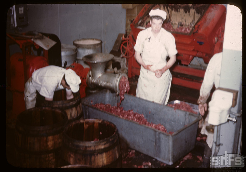 Co-op horse plant - grinding meat before packing.	 Swift Current.	 07/03/1946