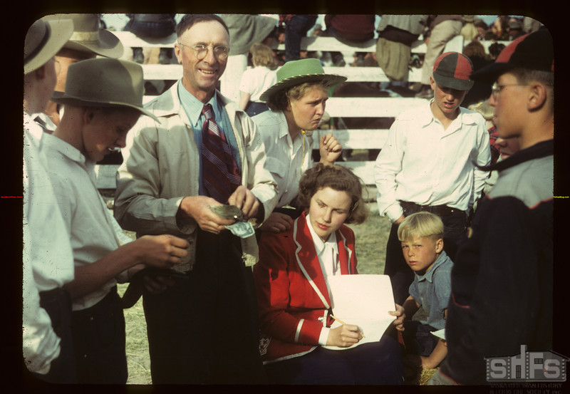 Paying the prizes - Calf Club show Consul 05/31/1949