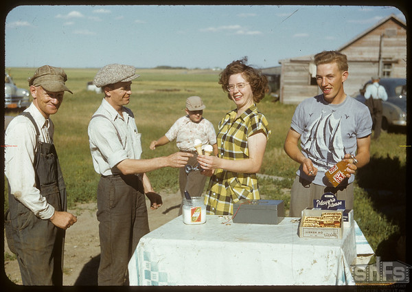 Co-op refreshment - Gordon Ross & Agnes Malone.  Dynneson Field Day..  Shaunavon.  08/02/1950