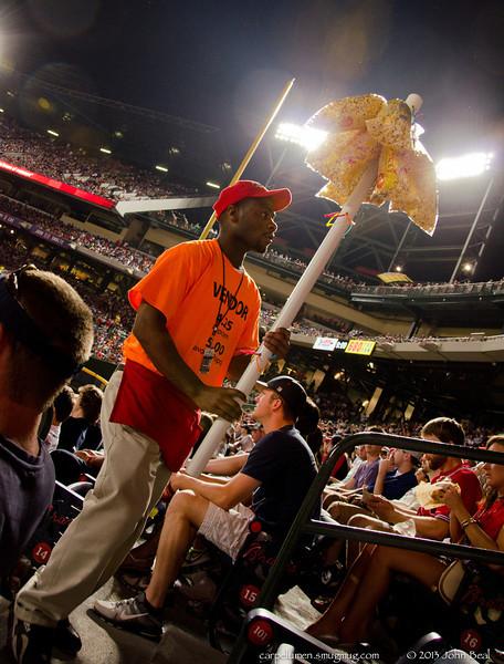 1Jun13<br /> <br /> popcorn vendor, braves vs (g)nats on heritage night.<br /> <br /> f/5.6, 1/200s, iso 800.