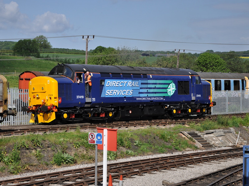 As 37197 was leaving for scrap, 37419 at the same moment makes its way to the mainline to begin a new life with DRS.