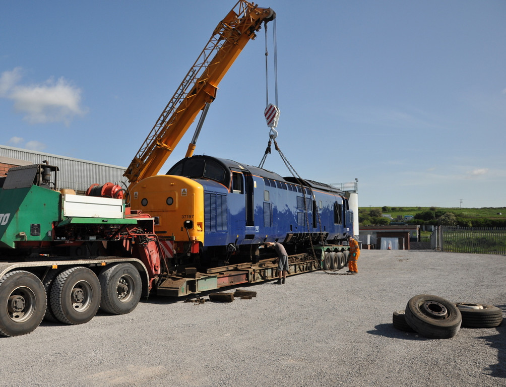37197 being lifted onto a road trailer for movement to Kingsbury.