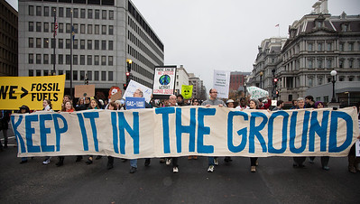 """""""Keep it in the ground"""" demand these climate activists. Ahead of a major climate summit in Paris, several hundred demonstrators marched outside the White House to demand a swift transition from fossil fuels to renewable energy. The rally in Washington D.C. on Sunday, November 29, 2015 was one of many such demonstrations taking place in major cities around the world. Climate talks will go on until December 11."""