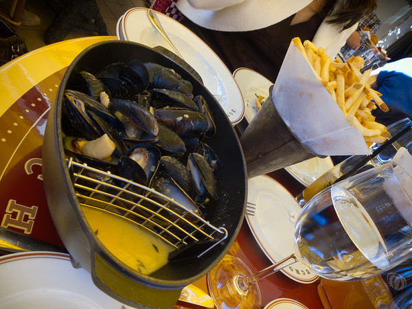 Valerie and Pete both order Mussels with Frites