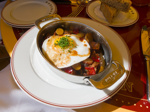 I try the Plat de Cotes de Boeuf Hache (braised short rib hash with piquillo peppers, caramelized onion & a hen egg served sunny side up).  Looks small, but it is very filling (and tasty)