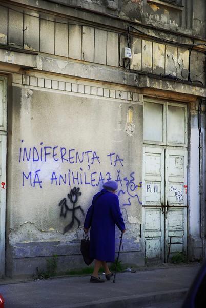 """""""Ton indifference me tue"""" crie le mur d'une ancienne salle de cinema des annees 20, en ruine depuis plus de 10 ans, a la Gare du Nord, avril 2009."""