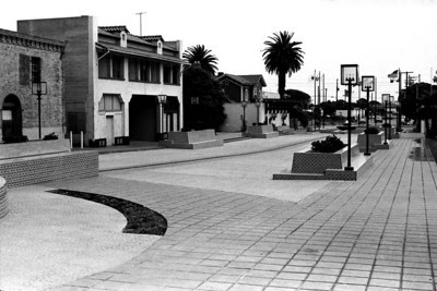 DOWNTOWN VENTURA Here we are on the streets of old downtown Ventura, which has now been turned into a pedestrian walk. The fountain is to our left (you can see the edge) and the San Buenaventura Mission is to our right.