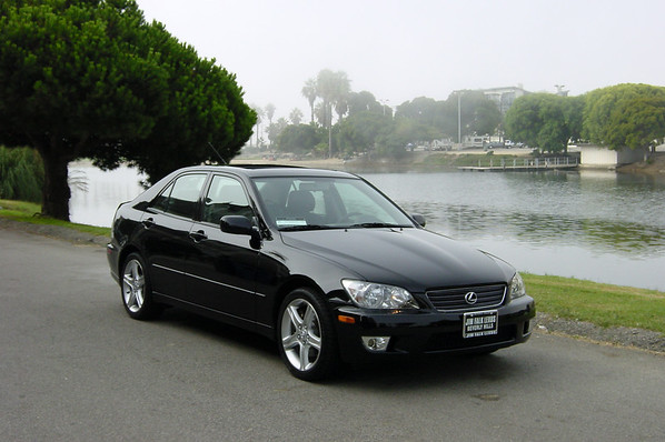 While the car is still new, I borrow her for a photoshoot and drive down to the nearby Del Rey Lagoon.
