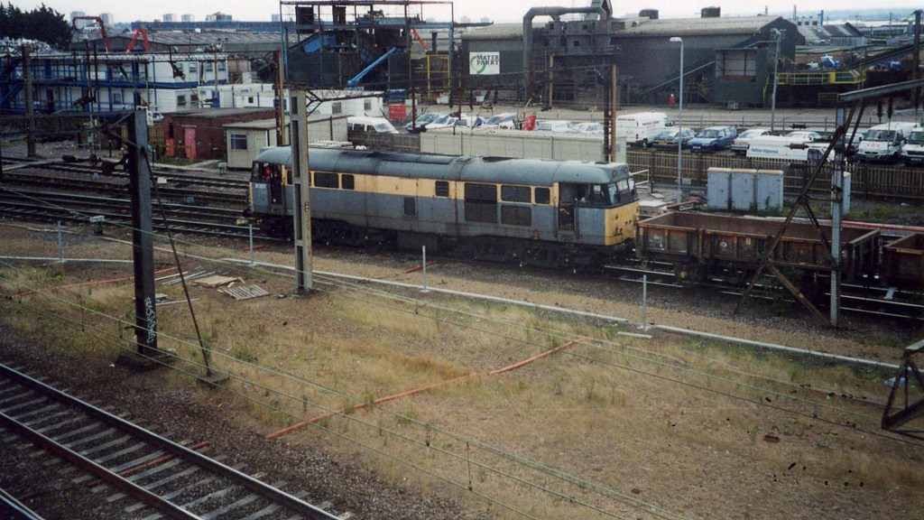 31207, Willesden Junction. August 2000.