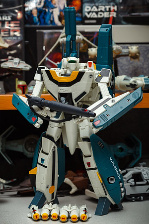 Yamato 1/48 Macross: Do You Remember Love VF-1S (Roy Focker) with Super & Strike Parts in Battloid Mode