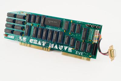 """Carte Le chat mauve """"EVE"""". En utilisant deux slots sur Apple //e, elle offre 64ko de RAM supplémentaire et permet un affichage 80 colonnes en couleurs sur un téléviseur PERITEL (en plus de la sortie moniteur standard)."""