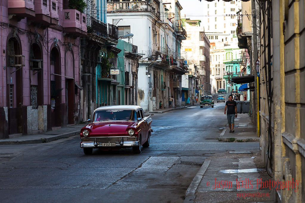 Contrasting lighting in Centro Havana