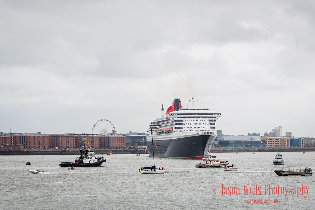 Queen Mary Two turns in front of the Albert Dock.