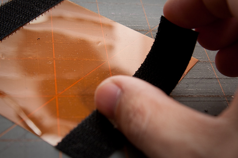 Peel off the backing and stick the hook tape onto the top and bottom of the gel.