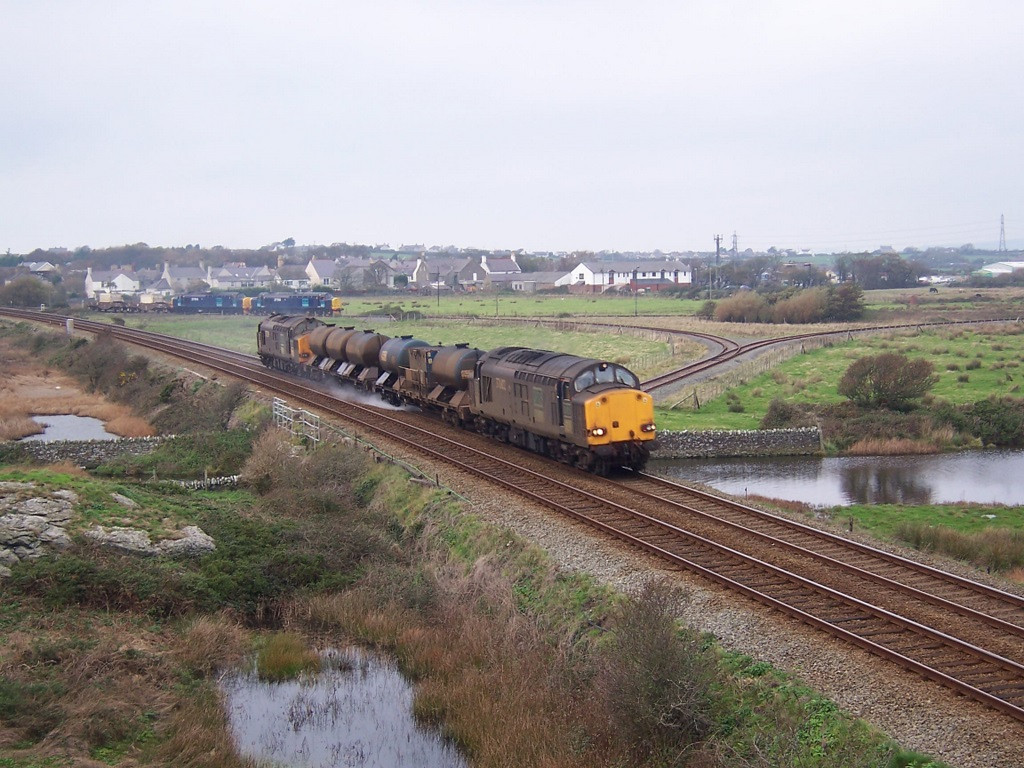 37602 with 37259 on the RHTT. 37510 and 37194 on the flask at Valley. November 2006.