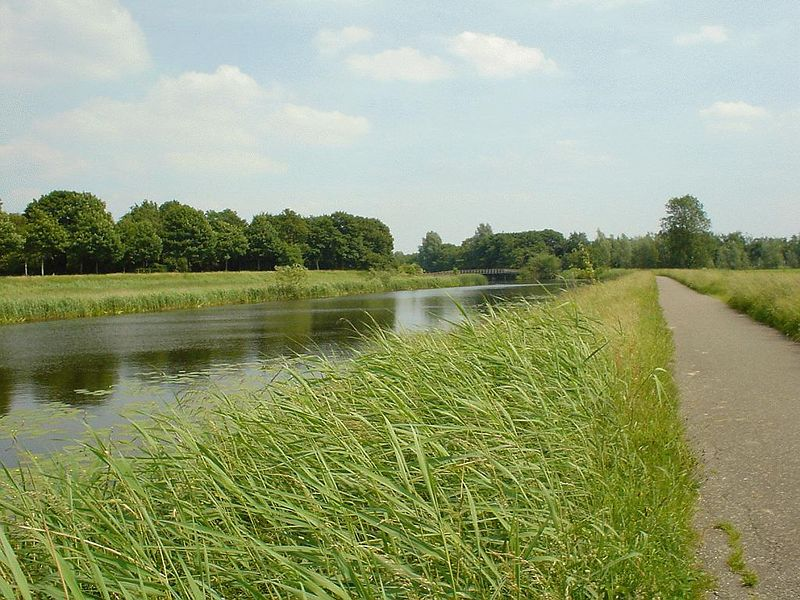 "Walk in the ""uiterwaarden"" of the river near Den Bosch. It's a perfect skate, cycle and stroll area for the people"
