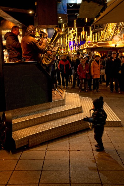 Improv at the Linz, Austria Christmas market.<br /> Photo © Carl Clark