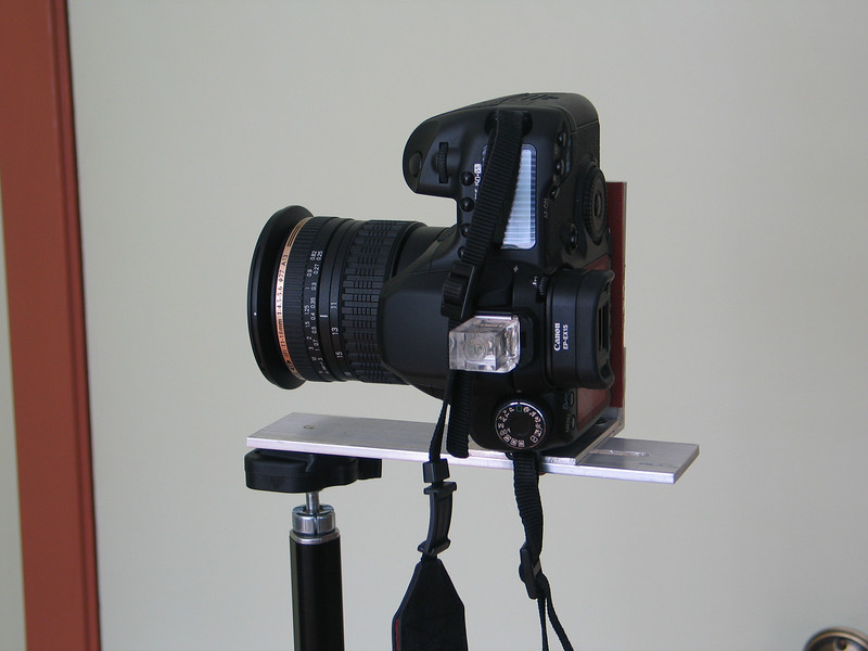 Light weight bracket for vertical panoramas with Canon 40D and Tamron 11-18mm lens. To save weight when traveling, there is no provision for rotation. The level on the hot shoe is essential.