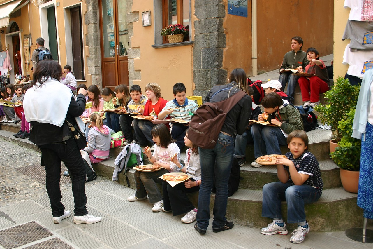 kids eating pizza- Vernazza