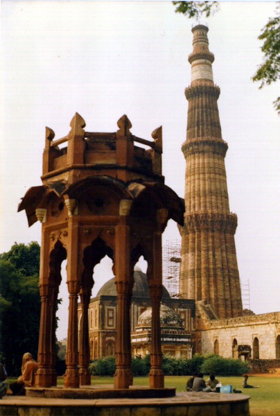 Qutub Minar (Delhi). The structure in the foreground used to be the top storey of Qutub Minar but it was taken down some years ago due to safety concerns.