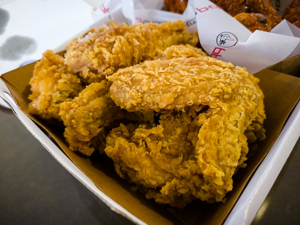 Valerie and I agree that the Golden Original is the better choice...because bb.q's batter seems impossibly crispy compared to other fried chicken we've enjoyed over the years.  This is REALLY good stuff.