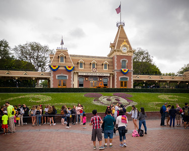 We realize it has been several years since our last visit...lines for taking photos in front of attractions is a new phenomenon.  Selfies weren't really a thing during our last visit either...a reminder that EVERYONE has a camera because EVERYONE now carries a smartphone.