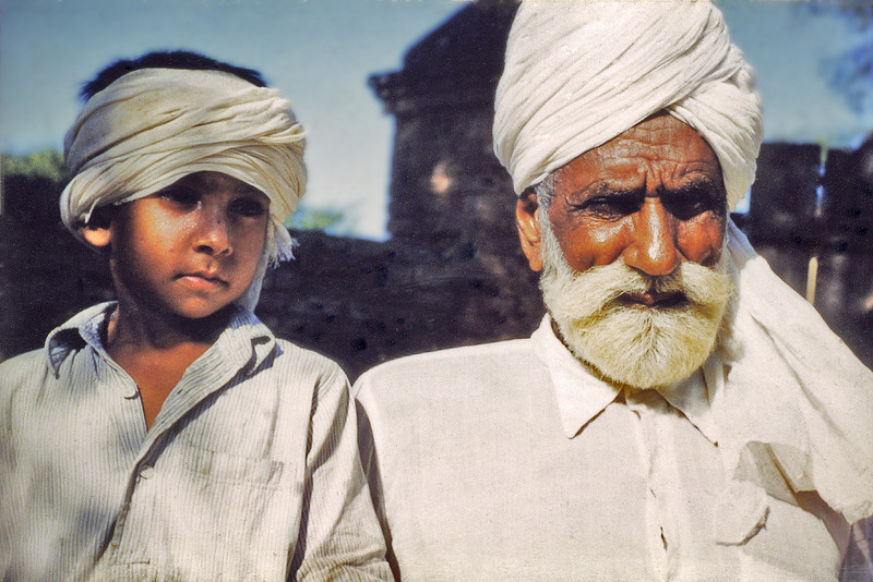 Pakistan, Moinuddinpur (1958) - Baba Ali Akbar and his grandson.