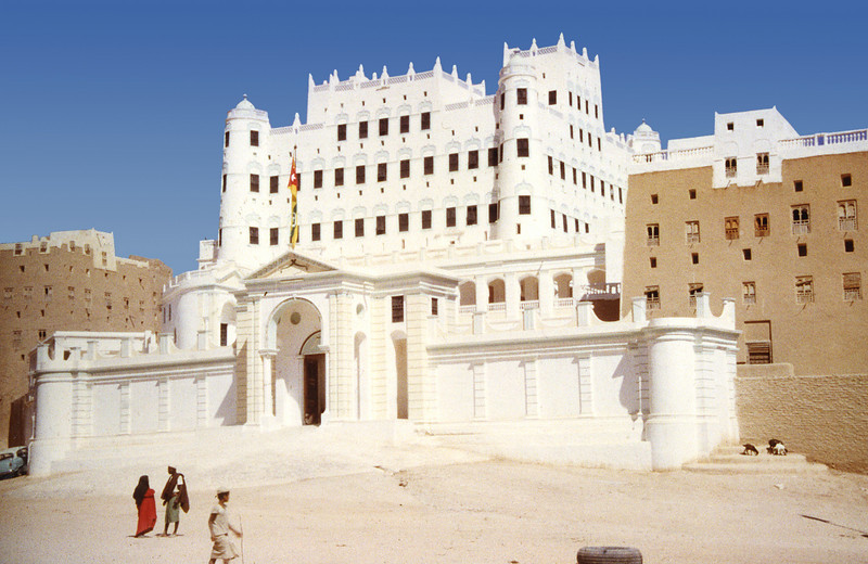 South Arabia (1962) - The Sultan's palace in Seiyun. The largest mud building in the Arabian Peninsula, it is 300 years old and rumoured to have a thousand rooms.